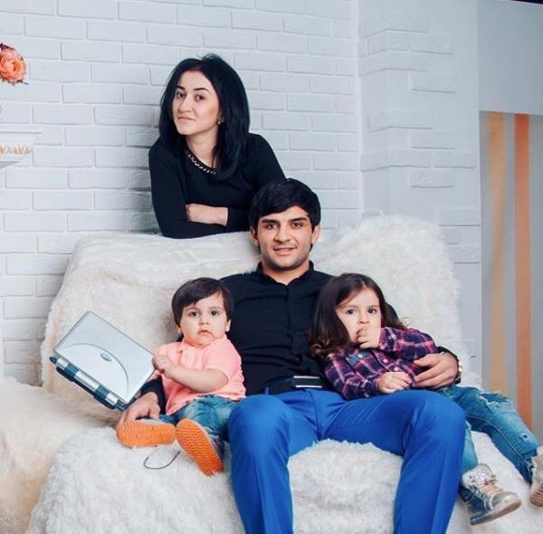 Cемья Ислама Итляшева: певец с женой и детьми на семейном фото