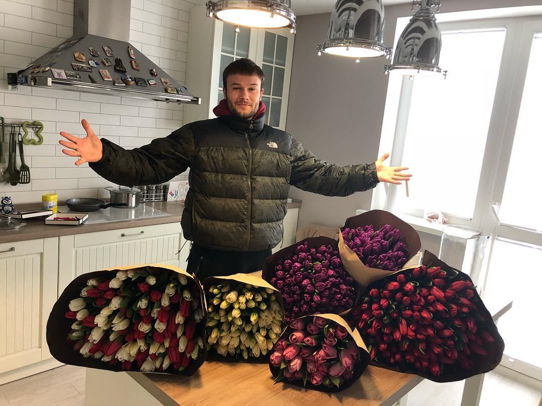 Макс Корж с цветами