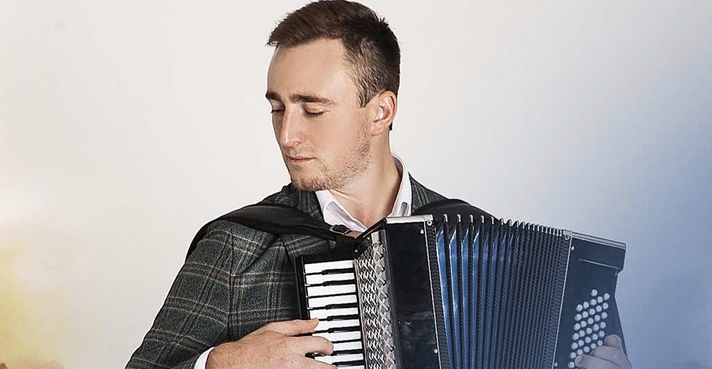 Султан Лагучев играет на гармошке