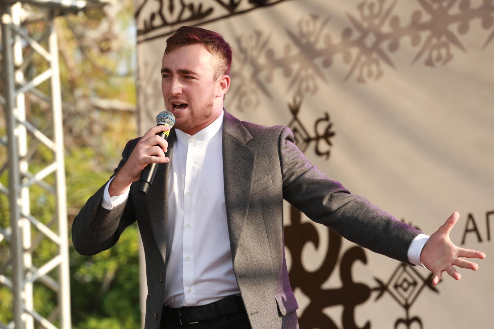 Султан Лагучев выступает на концерте