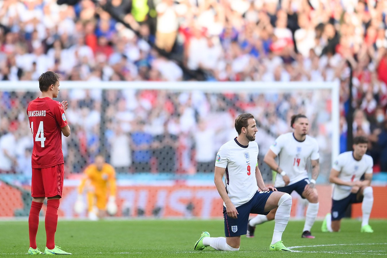 BLM на Евро 2021 - преклонение колен игроками сборных