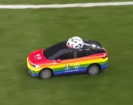 Машина, раскрашенная в цвета ЛГБТ флага, вывезла на поле мяч перед стартом чемпионата по футболу Евро-2021.